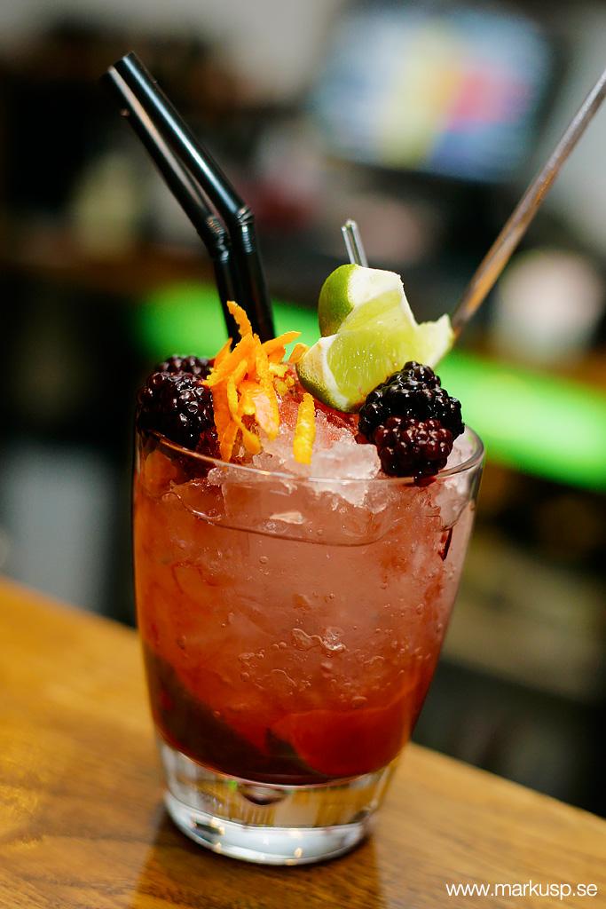 Röd drink med björnbär och lime