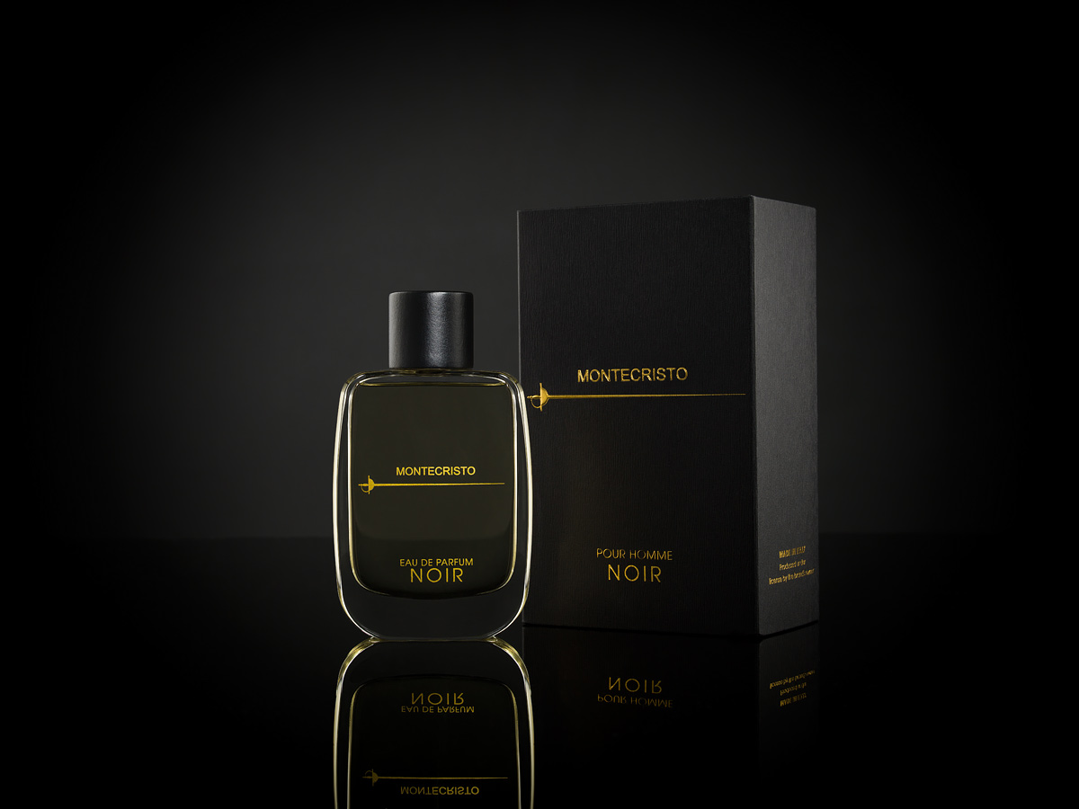 Parfymflaska mot mörk bakgrund