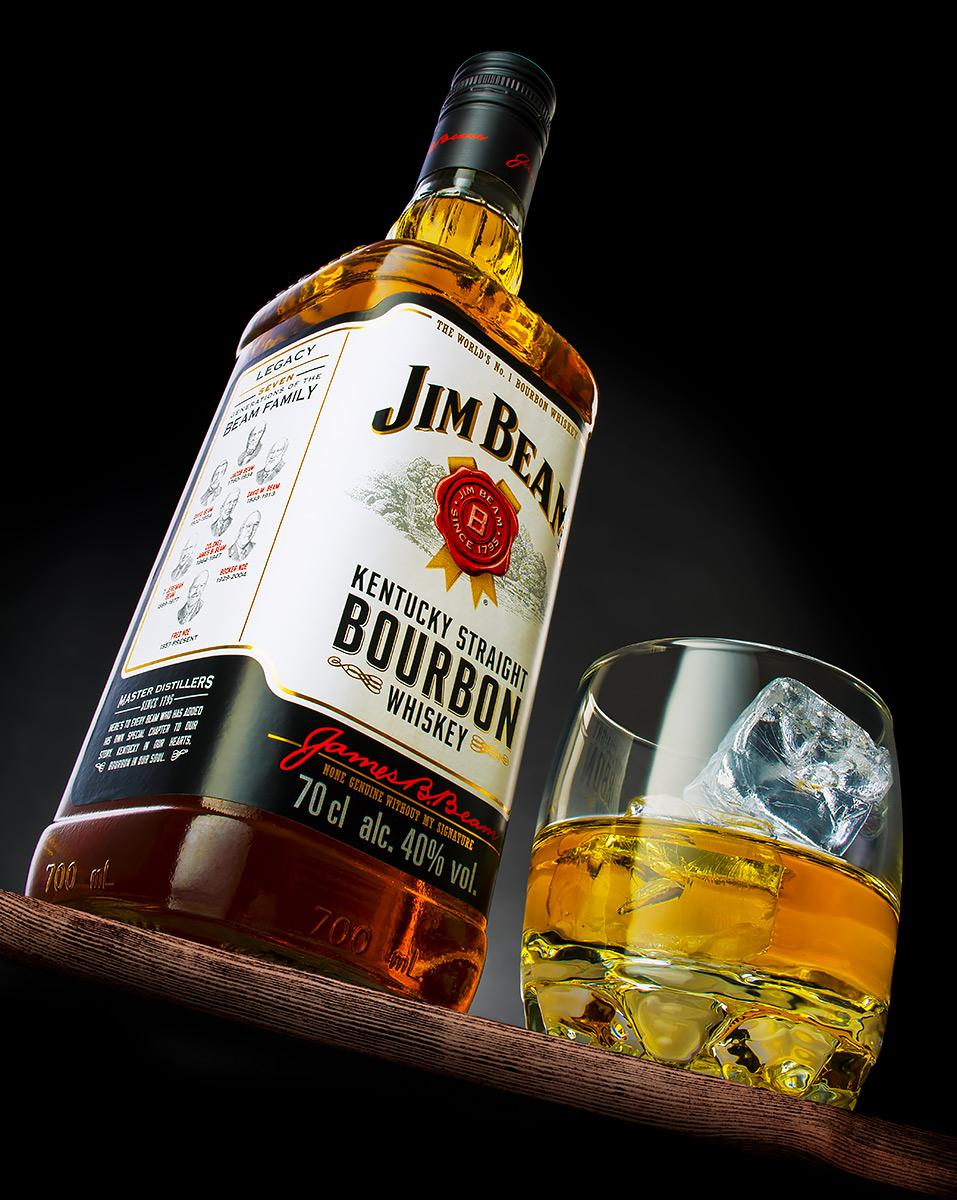 Jim Beam whiskeyflaska och glas